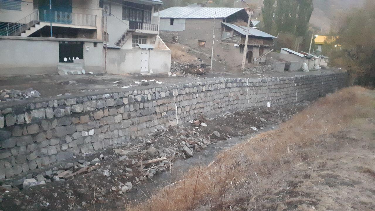 مراحل پایانی دیوارچینی کنار رودخانه